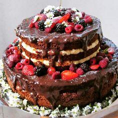 Naked Cake chocolate e frutas vermelhas.