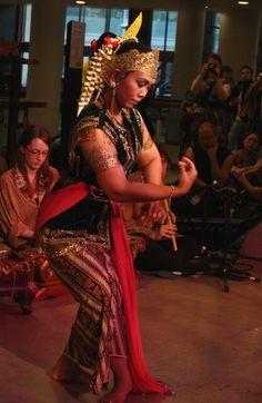 Sekar Enggal (2011) 12 - dancer