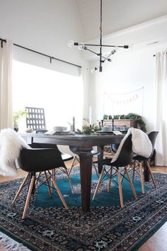 A beautiful modern Christmas Dining Room! The beautiful centerpiece, modern table settings, and decorations are perfect! Love the blue, green and gold colour scheme in this contemporary dining room! #greenroom