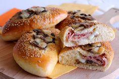 I calzoni al forno con funghi, prosciutto cotto e formaggio sono soffici e filanti all'interno e saranno perfetti per un pranzo veloce o per un piccolo aperitivo. Ecco la ricetta ed alcuni consigli
