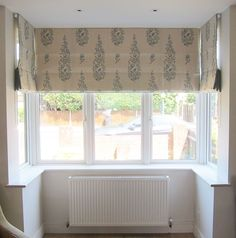 Roman blinds in a square bay in beautiful Galbraith and Paul hand printed linen, with narrow linen border. Bay Window Curtains, Curtains With Blinds, Valance Curtains, Bay Window Living Room, Persian Garden, Small Windows, Roman Blinds, Printed Linen, Kitchen Living
