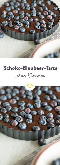 Kunst aus dem Kühlschrank: Cremige Schokoladenganache auf knusprigem Cookie-Boden garniert mit fruchtigen Blaubeeren - so einfach, so lecker.