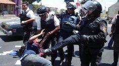 COÑO, SI YA ESTAS DETENIDOS Y ''ESPOSADOS'' POR QUE LOS PATEAN MISERABLES.LA JUSTICIA DIVINA LES PASARÁ FACTURA