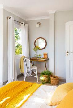 Rincón del dormitorio decorado en gris blanco y amarillo w00427820