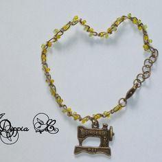 Bracelet à breloque représentant une machine à coudre