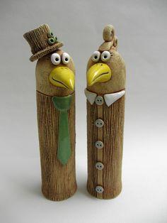 Veselí ptáčci Ze šamotové hlíny, ručně modelovaný. Zespodu je otvor na tyčku a pak jen zapíchnou do Vašeho záhonku. Můžete použít i jen tak k dekoraci bez tyčky. Výška cca 23. Vhodné k celoroční venkovní dekoraci. CENA ZA KUS