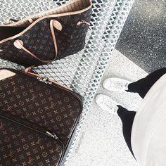 Pin for Later: 18 Astuces Voyage à Piquer à Vos Blogueuses Préférées Portez les Bonnes Chaussures à L'aéroport