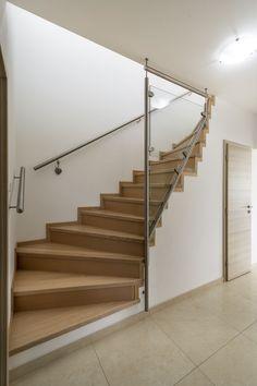 Kombinaci masivního dřeva s betonovou stabilní konstrukcí si architekti velmi oblíbili. Stairs, Home Decor, Living Room Ideas, Dekoration, Interior, House, Stairway, Decoration Home, Room Decor