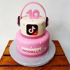 Los mejores videos  con #TikTok 🎤🎥⠀ ⠀ Contáctanos: 0988759472 📲⠀ •⠀ •⠀ #TikTokcake #fondantcake  #tortas #cakes2019 #tortas2019 #cakeideas #cakeart #cakeartist #tortaspersonalizadas #tortastematicas #bdaycake #cumpleaños #festas #fiesta 13th Birthday Cake For Girls, 10 Birthday Cake, Teenager Birthday, Girls Birthday Party Themes, Teen Cakes, Girl Cakes, Best Birthday Surprises, Sleepover Birthday Parties, Zeina