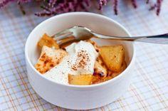 Juustoleipää ja omenaa vaniljavaahdolla