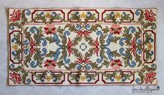 Este tapete foi começado há mais de 10 anos. Eu gosto dos desenhos clássicos e faço rápidamente tudo o tem cores, mas... e aqui é que a co...