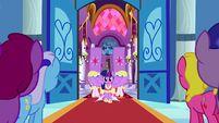 S03E13 Księżniczka Twilight wchodzi do sali.png (990 KB)