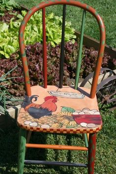 Hand painted rooster on a country chair. Hand Painted Chairs, Painted Stools, Hand Painted Furniture, Funky Furniture, Recycled Furniture, Paint Furniture, Arte Do Galo, Rooster Kitchen, Tole Painting