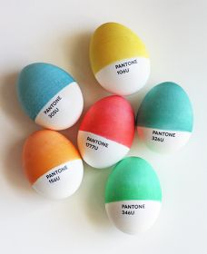 These Pantone Easter eggs are perfect for a graphic designer's Easter egg hunt. The eggs, which were made by Jessica Jones of How About Orange, are partially dyed, precisely matched to a Pantone color in Jones' Pantone chip book and then completed Easter Egg Designs, Diy Ostern, Ideias Diy, Blog Deco, Egg Decorating, Pantone Color, Pantone Cmyk, Pantone Number, Pantone Paint