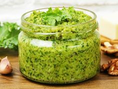 A creamy pesto can quickly be conjured up from walnuts, herbs, parmesan and oil. We show how it works and give tips on delicious variations. recipes and nutrition and drinks recipes recipes celebration diet recipes Sauce Pesto, Pesto Dip, Creamy Pesto, Healthy Eating Tips, Healthy Nutrition, Healthy Recipes, Drink Recipes, Tartiflette Recipe, Walnut Pesto
