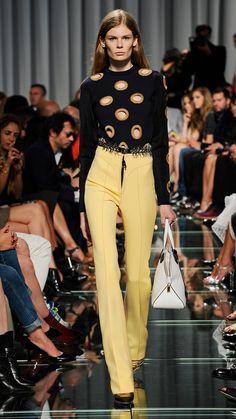 Uno stile che cattura, una collezione che manifesta l'intimo stile di Louis Vuitton, è la Cruisa Collection 2015 che ha sfilato a Monaco.http://www.sfilate.it/225654/cruise-2015-louis-vuitton-cattura-partire-dai-dettagli