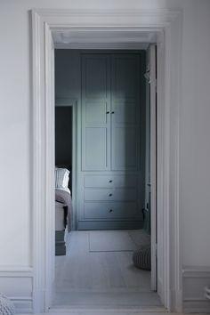 built in closet modern neutral bedroom decor, modern bedroom design Cupboard Shelves, Tall Cabinet Storage, Fitted Wardrobes, Home Remodeling Diy, Bedroom Wardrobe, Home Decor Bedroom, Bedroom Signs, Bedroom Rustic, Bedroom Apartment