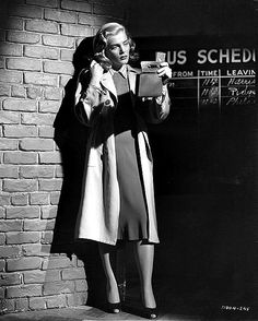 "Lizabeth Scott in The Strange Love of Martha Ivers (""O Tempo Não Apaga"", 1946). Film-Noir. Director: Lewis Milestone. Stars: Barbara Stanwyck, Van Heflin, Lizabeth Scott"