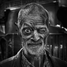 """Tijdens het fotograferen voor zijn project 'Faces Anonymous' creëerde Thomas Thijssen een balans tussen commercieel- en vrijwerk. De fotograaf genoot van het vrije gevoel wat dit project te weeg bracht; zonder klant en zonder deadlines. Het project gaf hem """"creatieve vrijheid"""", aldus Thomas. Tijdens dit proces kwam Thomas in contact met een dakloze man genaamd Rini. Hij zorgde voor een bom aan inspiratie voor Thomas, waaruit de serie Faces Anonymous ontstond. De por..."""
