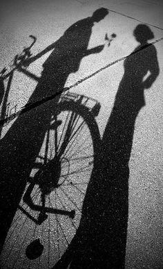 y mientra ellos se ignoran, sus sombras se miran