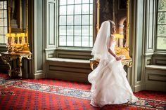 Bruid voor spiegel in Kasteel Duivenvoorde tijdens bruiloft Den Haag #bruidsfotograaf #bruidsfotografie Dario Endara