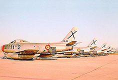 Vista posterior de la línea de aviones North American F-86 -Sabre- (C-5) en pista