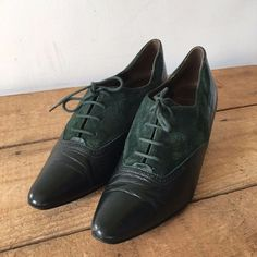 f7867d7a5cf46e UK SIZE 5 WOMENS VINTAGE CLARKS BOTTLE GREEN SUEDE AND LEATHER LACE UP HEELS   Clarks