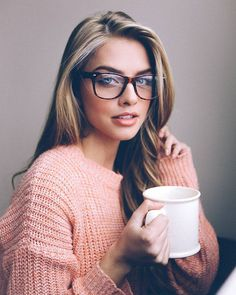 Want to look sexy and hot with glasses on? Here are the easy makeup tips for girls with glasses to make you look hot and sexy. Tumbrl Girls, Lunette Style, Beauty Makeup, Hair Beauty, Marina Laswick, Self Portrait Photography, Photography Ideas, Wearing Glasses, Glasses Outfit