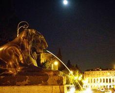 Olha ai... Mais uma noturna com direito à lua e tudo!  Acho uma boa idéia cogitar caminhar pelas ruas à noite... O inverno está chegando... Logo logo o sol  desaparece cedo e as noites são vem mais longas! É o frio  chega mas é muito mais fácil de ver as belezas da noite nesse período!!  . Veja mais no Snapchat  Em_Roma  #Roma #europe #travel #travelgram #instatravel #eurotrip #italia #italy #rome #trip #travelling  #goodvibe #amazing #travellingaroundtheworld #snapchat #emroma#viagem…