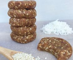 These Chewy Caramel Sesame Bites Are Under 100 Calories Each: Just five healthy ingredients are all you need to make these Chewy Caramel Sesame Bites, which are just 98 calories each. Healthy Mummy Recipes, Healthy Dessert Recipes, Healthy Baking, Healthy Desserts, Gourmet Recipes, Sweet Recipes, Snack Recipes, Healthy Foods, Raw Recipes
