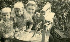 Neeltje de Groot (rechts) doet de was in de wasteil bij de bovenmeester. De kinderen zijn de buurkindertjes Aaltje Schouten (links) en Neeltje Schouten (midden). op Marken