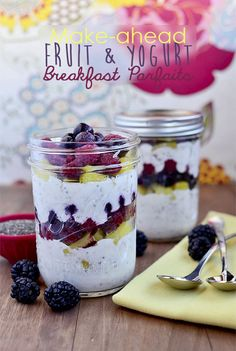 Make-Ahead Fruit & Yogurt Breakfast Parfaits via Iowa Girl Eats. Hello quick and easy breakfast! Make them the night before! Healthy Dinner Recipes For Weight Loss, Gluten Free Recipes For Breakfast, Healthy Snacks, Eating Healthy, Clean Eating, Eating Vegan, Gluten Free Breakfasts, Mason Jar Meals, Meals In A Jar