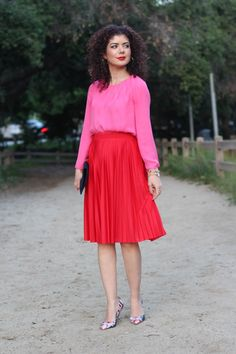Step by step guide to help you pair a pink and red outfit with a red pleated skirt. Tips for color blocking and picking out the right accessories. Pink Skirt Outfits, Winter Skirt Outfit, Casual Winter Outfits, Fall Outfits, Elegant Style Women, Skirt Pattern Free, Pleated Skirt Outfit, Trends, Red Skirts