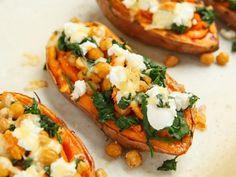 Ein gesundes Hauptgericht aus dem Ofen: gebackene Süßkartoffeln gefüllt mit Spinat und Ziegenkäse. Wenn man die Topping-Zutaten etwas variiert, ist dieses Rezept ideal für alle, die sich nach dem Paleo-Prinzip ernähren.