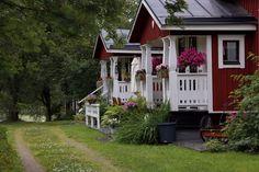 Red cottage - white porch - In Pori, Finland | PORISTA HALSSIN REHEVYYTTÄ