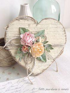 Un cuore in legno Shabby, rifinito con roselline handmade in carta. Tutorial roselline. Decorazione Primavera. Fuoriporta.