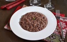 Il risotto all'Amarone è un primo piatto preparato con ingredienti tipici della zona di Verona, dal sapore ricco e avvolgente, ideale per una cena elegante.