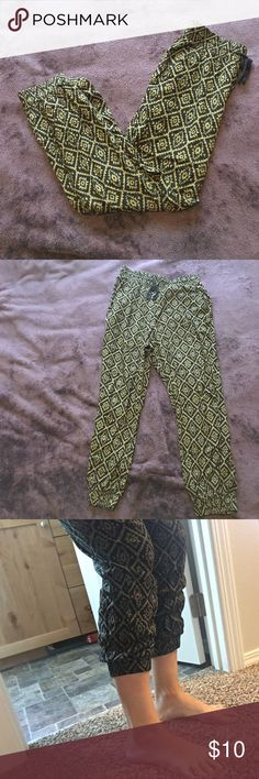 Green pattern pants! Light weight, cute print. High waisted pants. Can roll up on calves. Tie at the waist. No tag but know it's a medium. Could fit small too Forever 21 Pants