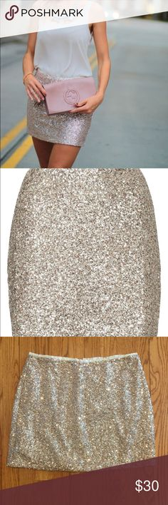Rose Gold Sequin Topshop Mini Skirt US 8 // UK 12 // EUR 40 // lining: 100% polyester // trim: 100% nylon // super comfortable and can be dressed up or down depending on the occasion // great for both the office and parties // (a US 6 could wear it as well in my opinion) Topshop Skirts Mini