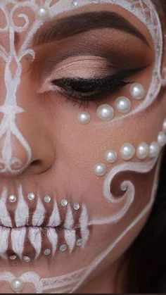 Day of the Dead face paint is inspired in La Catrina, a character created by Mexican artist José Guadalupe Posada. Disfarces Halloween, Halloween Eye Makeup, Day Of Dead Makeup, Face Paint Makeup, Skull Face Paint, Mask Makeup, Makeup Eyes, Fantasy Make Up, White Makeup