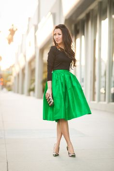Spring Garden :: Emerald full skirt her style Skirt Outfits, Cute Outfits, Floral Pumps, Wendy's Lookbook, Look Fashion, Womens Fashion, Look Girl, Moda Chic, Full Skirts