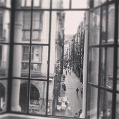 Alcahuetear por la ventana...