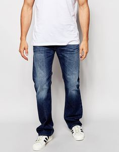 Jeans von Diesel Baumwoll-Denim Mittlere Waschung normale Bundhöhe geknöpfter Schlitz Bootcut-Schnitt: gerades Bein mit leicht ausgestelltem Schnitt im Knöchelbereich Maschinenwäsche 100% Baumwolle unser Model trägt Größe 81 cm/32 Zoll und ist 185,5 cm/6 Fuß 1 Zoll groß