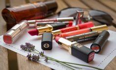 Ein Meer von Lippenstiften bestehend aus mewinen liebsten Farben für die Sommerzeit https://ausgefuchst.herfter.com/