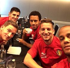 #TeamBelgium @thibautcourtois @Jan_Vertonghen @mousadembele @Vincent Kompany pic.twitter.com/hU2qSdZUAK Vincent Kompany, Good Soccer Players, Football Players, Dries Mertens, Man United, Tottenham Hotspur, Good Looking Men, Crowd, How To Look Better