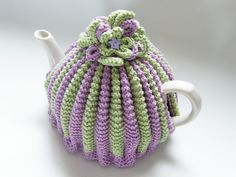 Make a pleated two colour tea cosy with this tea cosy knitting pattern. This retro style tea cosy can be made in any DK yarn. Crochet Tea Cosy Free Pattern, Tea Cosy Pattern, Finger Knitting, Free Knitting, Vogue Knitting, Loom Knitting, Knitting Toys, Knitting Machine, Baby Knitting Patterns