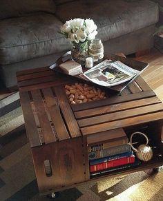 Luxusní konferenční stolek s úložným prostorem sestává ze čtyř na tmavo namořených beden od vína. Je opatřen kolečky pro snadnou manipulaci; DIY Vintage Chic