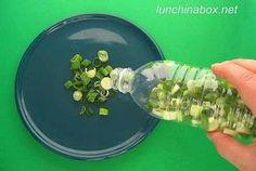 Congele cebolinhas verdes cortadas em uma garrafa plástica. Assim, todas as vezes em que você precisar de um pouquinho delas para cozinhar, poderá tirá-las diretamente da garrafa, sem ter que sujar outros recipientes.