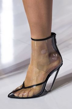 Balmain at Paris Fashion Week Spring 2019 - Details Runway Photos Sneakers Fashion, Fashion Shoes, Men's Sneakers, Fashion Outfits, Shoes 2018, Runway Shoes, Summer Fashion Trends, Fashion Week, Fashion Spring