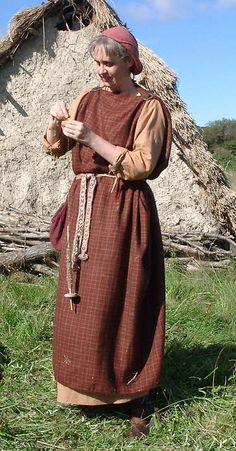 Early Anglo-Saxon woman with peplos style overdress. Anglo Saxon Clothing, Celtic Clothing, Medieval Clothing, Historical Clothing, British Clothing, Costume Viking, Medieval Costume, Anglo Saxon History, British History